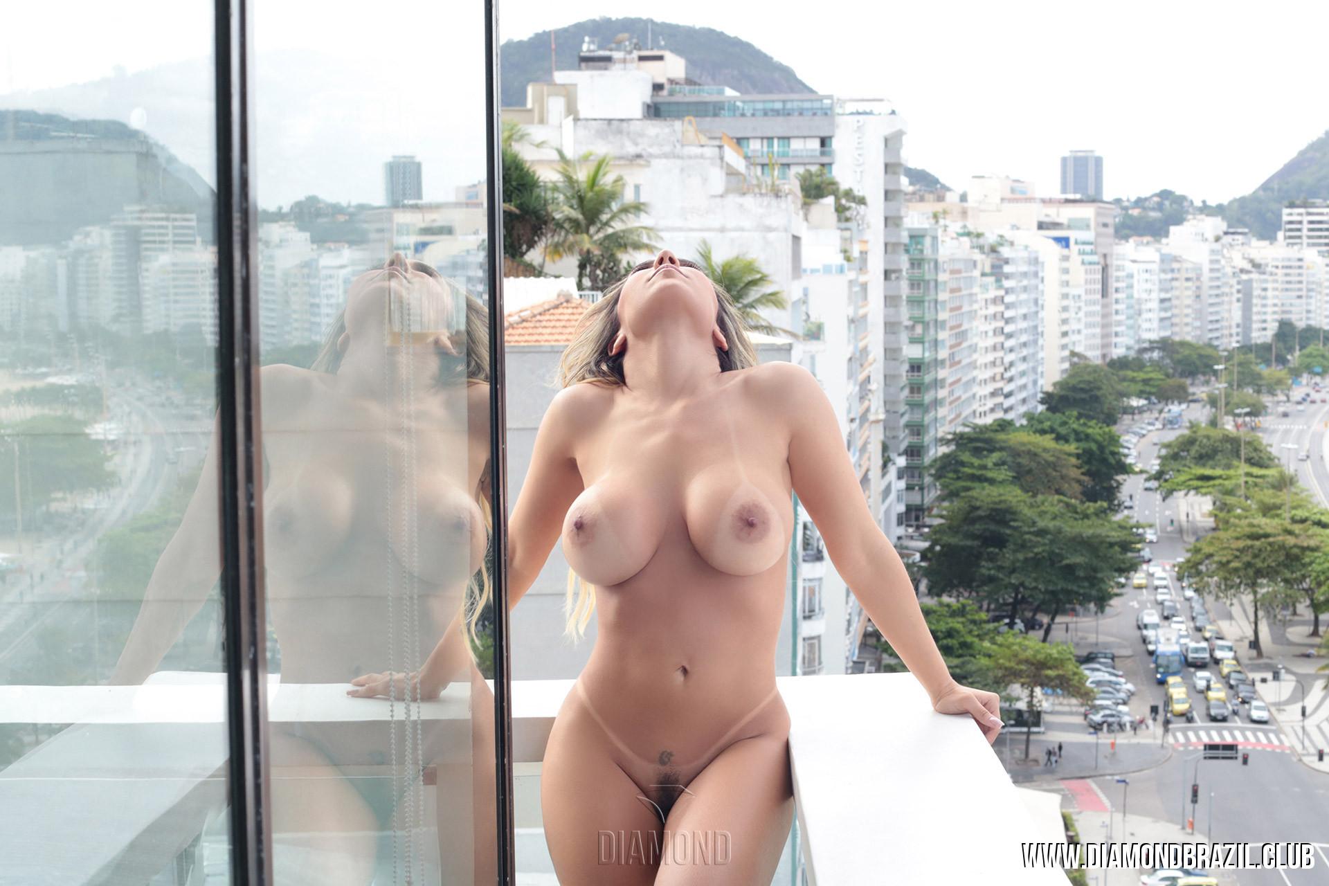 Mulher Melão Nua e Pelada