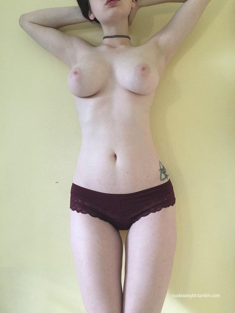 Novinha magrinha mostrou os peitos em 10 fotos nua